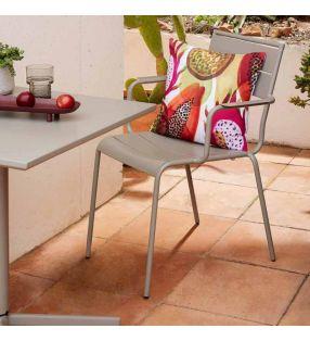 silla-moderna-terraza-stock
