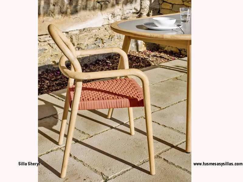 Silla de terraza Sheryl con brazos, apilable de madera en stock
