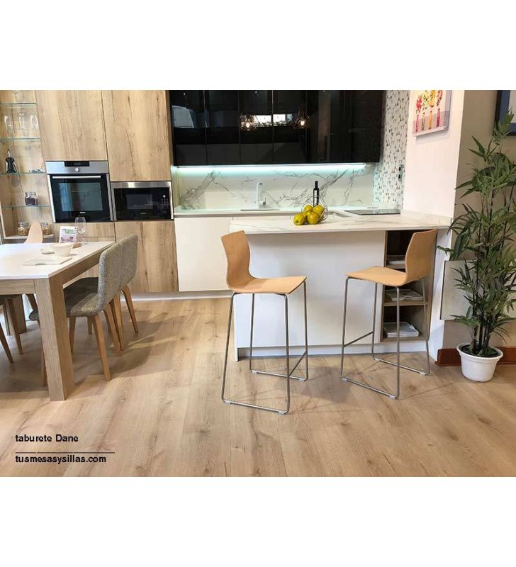 Taburete alto Dane de Ondarreta con respaldo y asiento de madera, cocina y hosteleria
