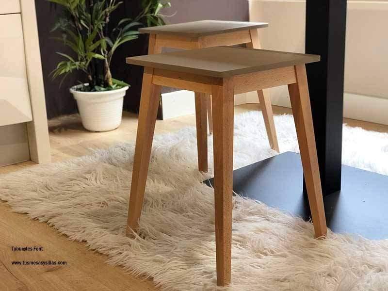 Tabouret Low Font avec pieds en bois