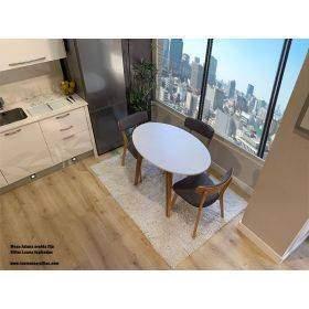 Mesas y sillas de estilo nordico en madera y blanco