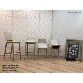 Conjunto de sillas y taburetes de cocina o comedor.
