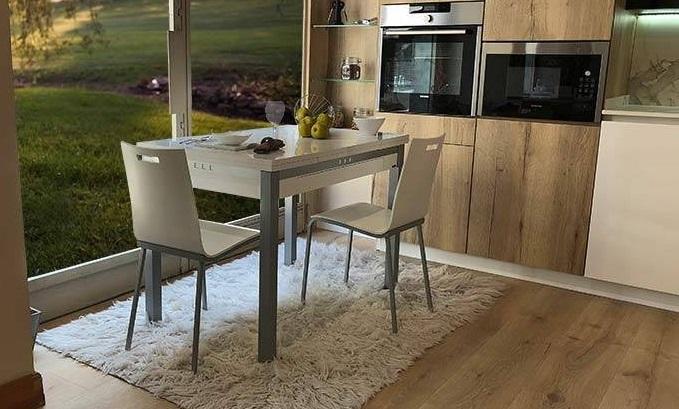 sillas-estrechas-cocina-blancas